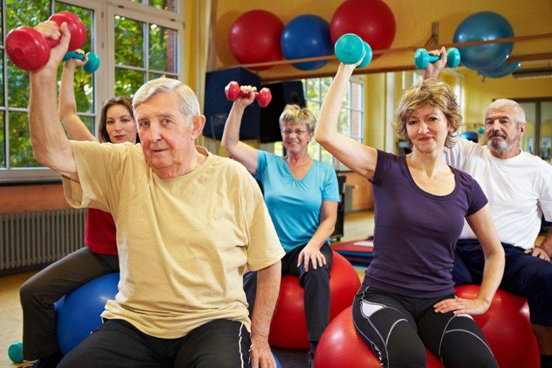 Polscy seniorzy są coraz bardziej aktywni. Częściej wychodzą z domu, mają bogate życie towarzyskie i kulturalne. Niestety, wciąż wiele osób pozostaje społecznie wykluczonych z powodu biedy i stanu zdrowia.