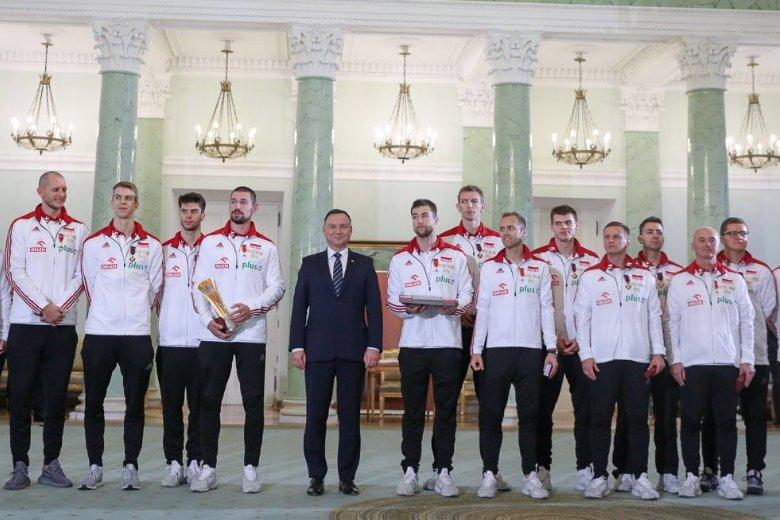 Andrzej Duda wręczył polskim mistrzom świata w siatkówce państwowe odznaczenia.