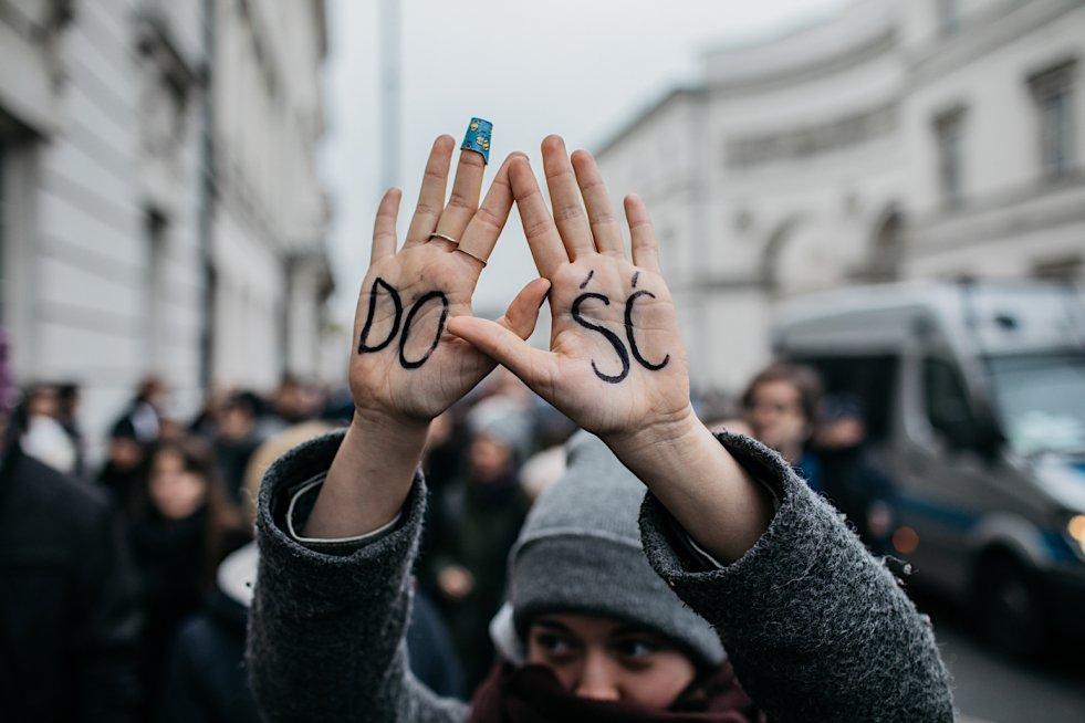 """Oto """"Czarny piątek"""", czyli masowe protesty Polek przeciwko zaostrzeniu przepisów aborcyjnych w obiektywie fotoreportera na  naTemat.pl Macieja Stanika."""
