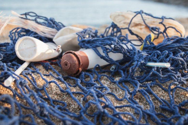 Na plażach zalegają tony plastiku. Firma Procter & Gamble znalazła sposób aby go przetwarzać