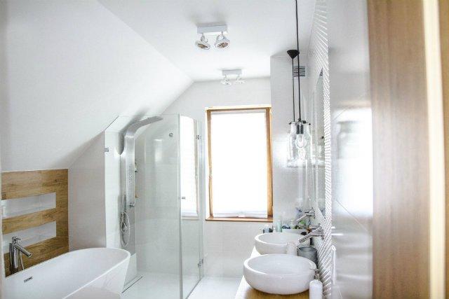 Drewno w łazience wcale nie są problematyczne. A wrażenie robią.