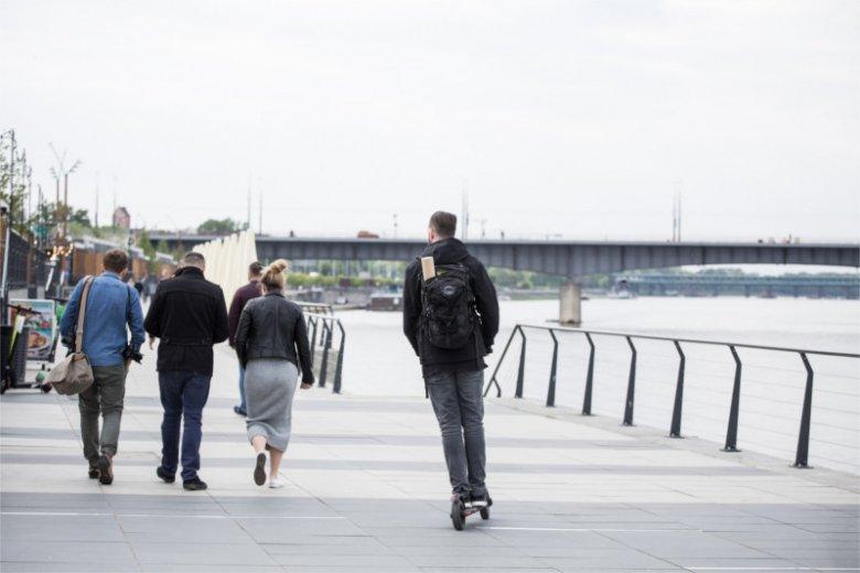 Hulajnogi są w dużych miastach zmorą pieszych, a czasem nawet kierowców.
