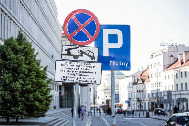 """Kandydat na prezydenta Warszawy z ramienia Zjednoczonej Prawicy tłumaczył się, że o postawionym przy rondzie de Gaulle'a znaku poinformowali go """"oburzeni warszawiacy""""."""