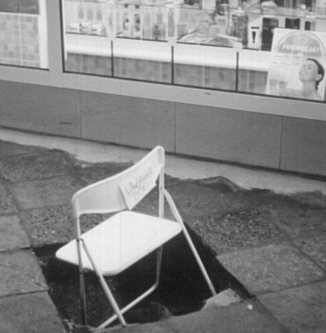 """Krzesełko z napisem """"uwaga dół """". Bodajże ulica Krucza."""