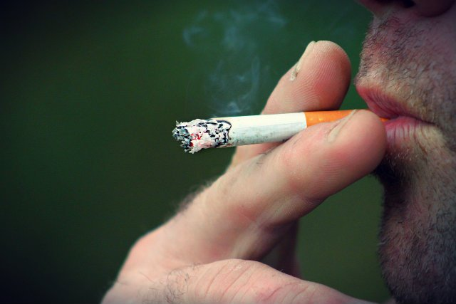 Unijna dyrektywa tytoniowa zakaże papierosów mentolowych i smakowych. Rząd chce pójść jeszcze dalej w obostrzeniach