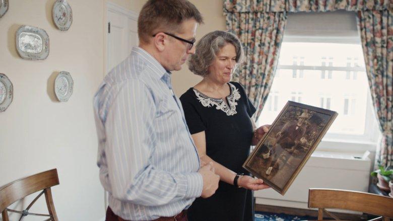 Dziennikarzowi udało się dotrzeć do prawnuków House'a - na zdjęciu jest z Janet Auchincloss Pyne