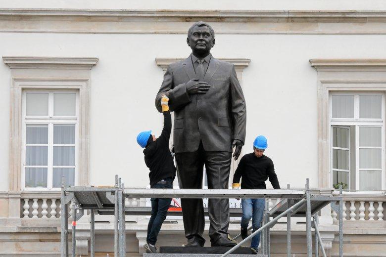 Autorzy pomnika Lecha Kaczyńskiego złamali nie tylko zasady politycznego dresscode'u.