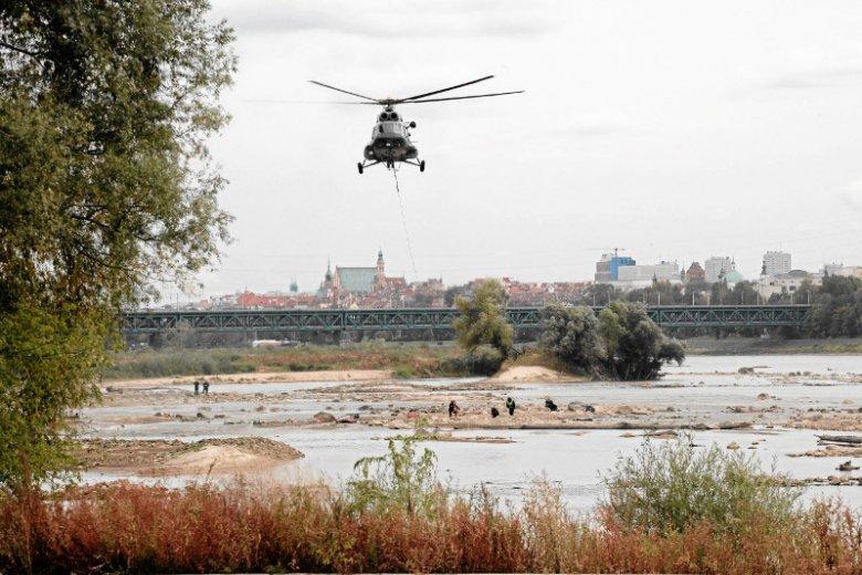 Zdjęcie z 2012 r., gdy z udziałem policji prowadzono akcję wydobywania z Wisły artefaktów z czasów potopu szwedzkiego, które odkryto dzięki wyjątkowo niskiemu poziomowi rzeki.