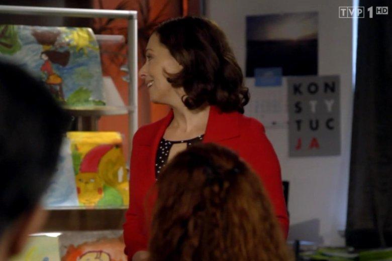 """Czy to zaniedbanie scenarzystów czy celowe działanie? W jednym z odcinków serialu TVP """"Leśniczówka"""" w kadrze pojawia się plakat obrońców demokracji."""