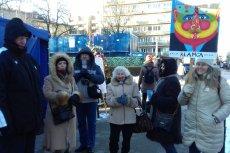 Protestujący pod Sejmem działacze z pomorskiego KOD-u.