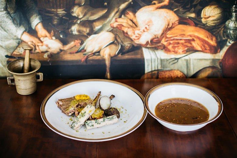 Polewka z cebule i pasztet z ozorów wołowych, czyli przysmaki sprzed setek lat odtworzone przez Macieja Nowickiego w Villa Intrata w Wilanowie.