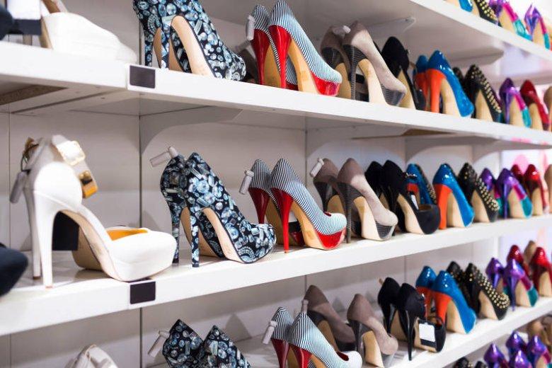 33dbc5d992283 Jeśli jesteś właścicielką pokaźnej kolekcji butów, traktuj je jak  akcesoria. Zakładając czerwone szpilki do
