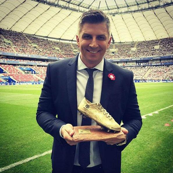 Mateusz Borek trzyma Złoty But – nagrodę wręczaną w czasie finału Pucharu Polski na Stadionie PGE Narodowym.