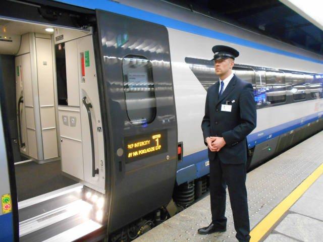 Grzegorz Malczewski czeka aż wszyscy pasażerowie bezpiecznie wsiądą do pociągu.