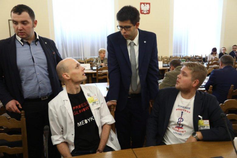 Rezydenci zawieszają protest. Młodzi lekarze pojechali na nocne rozmowy z premier Szydło.