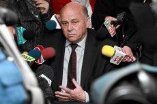 Prezes PZPN Grzegorz Lato zakłopotany wśród dziennikarzy