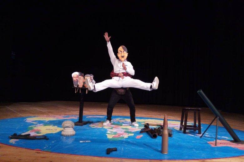 """Zdjęcie ze spektaklu """"Shertel"""" irańskiego Chakad Theatre"""