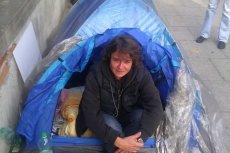 Janina Małgorzata Mazurek. Protestuje przeciw mobbingowi w pracy przed gmachem Ministerstwa Sprawiedliwości