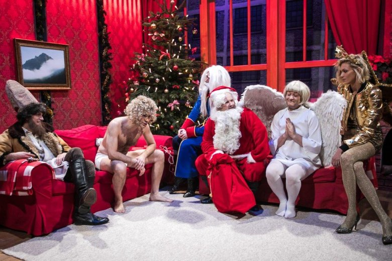 Polska wersja Saturday Night Live ruszyła 2 grudnia. Do tej pory Showmax wyemitował 4 odcinki. W ostatnim prowadzącym był Robert Biedroń. Gościnnie wystąpiła też Anja Rubik.