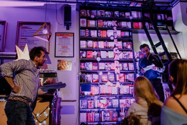 Kawiarnia zamienia się również w teatr, w którym aktorzy czytają i odgrywają dzieła literackie