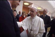 Papież Franciszek w rozmowie z polską delegacją.