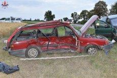 Tyle zostało z samochodu, którym podróżowali nastolatkowe.