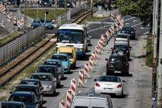 Fundusz Dróg Samorządowych przewiduje wprowadzenie opłaty drogowej, która miałaby zasilać Krajowy Fundusz Drogowy i tworzony Fundusz Dróg Samorządowych.