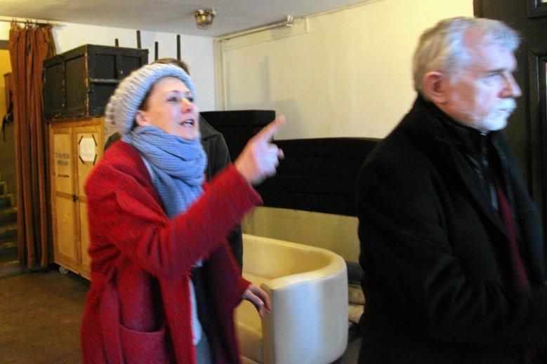 Moment wręczenia wypowiedzenia aktorce Marcie Ziębie przez dyrekcję Teatru Polskiego we Wrocławiu na czele z Cezarym Morawskim.