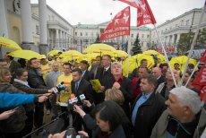 Według Piotra Guziała w rozpoczętej 23 maja akcji zbierania udało się zebrać ok. 210 tys. podpisów osób, które chcą referendum w sprawie odwołania Hanny Gronkiewicz-Waltz.