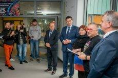 Jerzy Owsiak i jego żona byli witani w szpitalu w Białej Podlaskiej z najwyższymi honorami. Witał ich m.in. prezydent miasta Dariusz  Stefaniuk