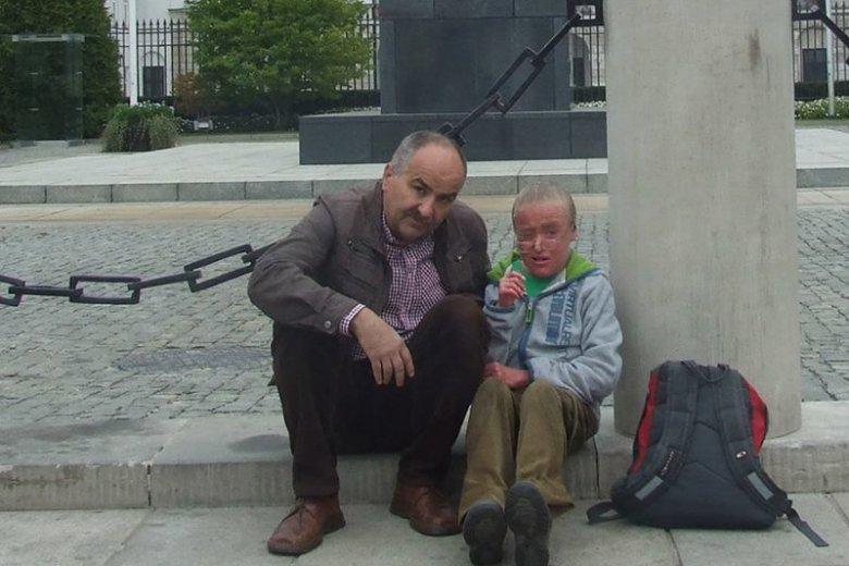 Jakub Owsianka ze swoim synem Piotrem pod Pałacem Prezydenckim w Warszawie
