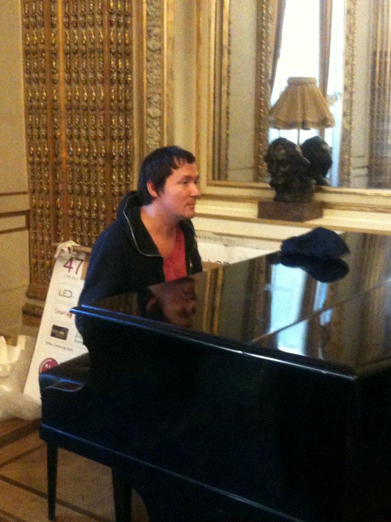 Na kilka godzin przed pokazem Smolik gra na fortepianie w sali koncertowej, w ktorej kiedys koncerty dawal Chopin.