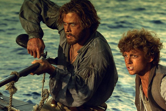 "Tom Holland i Chris Hemsworth w filmie ""W sercu oceanu""."