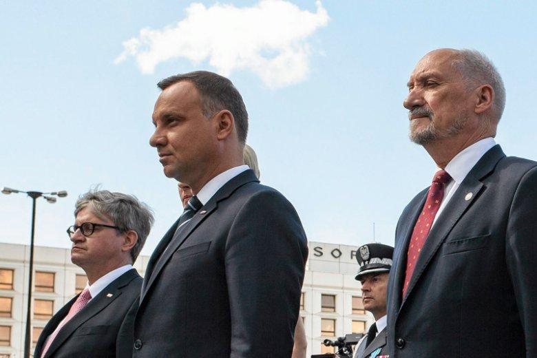 Antoni Macierewicz i rząd Beaty Szydło miały chcieć wysłać polskie myśliwce F-16 poza granice Polski bez zgody prezydenta Andrzeja Dudy.