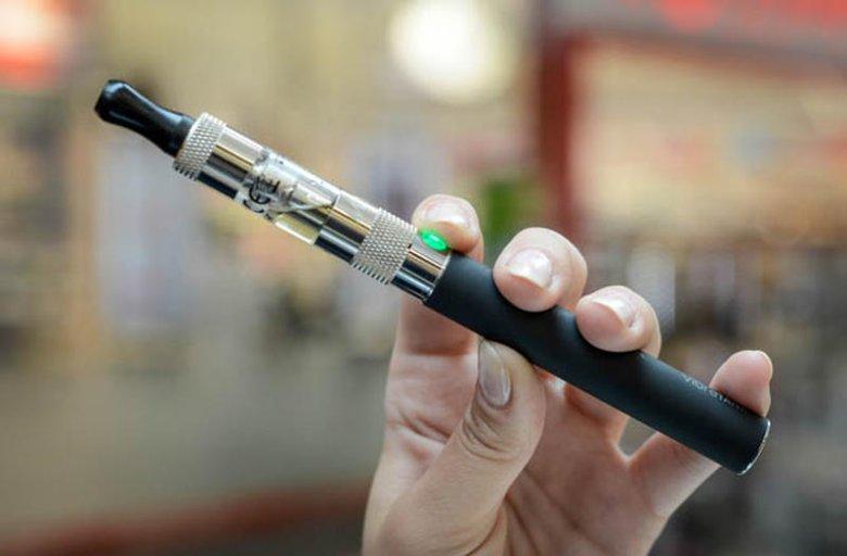 Najpierw tradycyjne papierosy, teraz elektroniczne. Ministerstwo zdrowia zakaże ich palenia w miejscach publicznych
