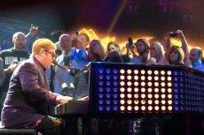 Elton John tym razem nie wytrzymał bliskiego spotkania z fanami.