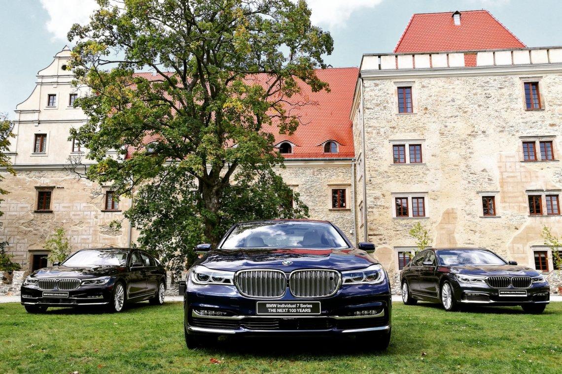 BMW 7 to flagowy model niemieckiego producenta. Nie bez powodu. Na środku jubileuszowy egzemplarz - do Polski trafi tylko jedna sztuka.
