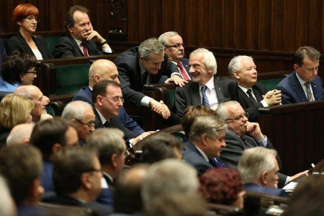 IBRiS daje PiS 37,7 proc. To może okazać się za mało, żeby zapewnić partii J. Kaczyńskiego ciągłość władzy.