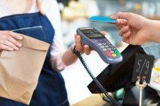 Służące do robienia zakupów karty płatnicze stały się głównym narzędziem bankowości elektronicznej. Teraz coraz częściej zastępuje je sparowany z kontem smartfon