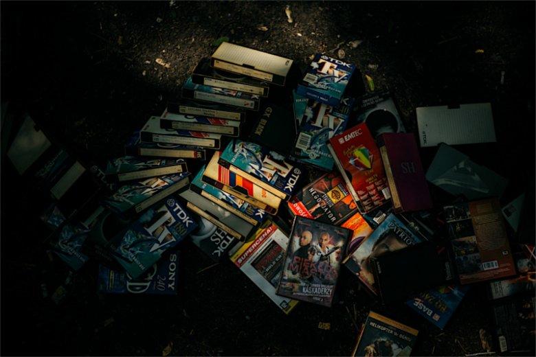 Stos kaset VHS to gratka dla wielbiciela filmów wyświetlanych z  magnetowidu.