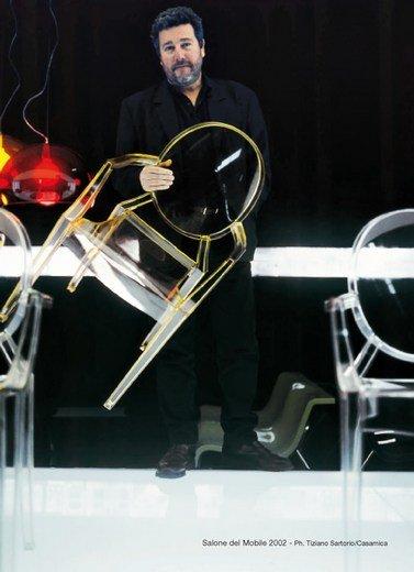 Projektant Philippe Starck z krzesłem Louis Ghost w 2002 roku, podczas Targów Wzornictwa w Mediolanie.