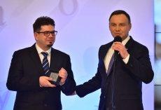 """Prezydent Andrzej Duda wręcza Wojciechowi Wenclowi nagrodę """"Zasłużony dla Polszczyzny"""""""