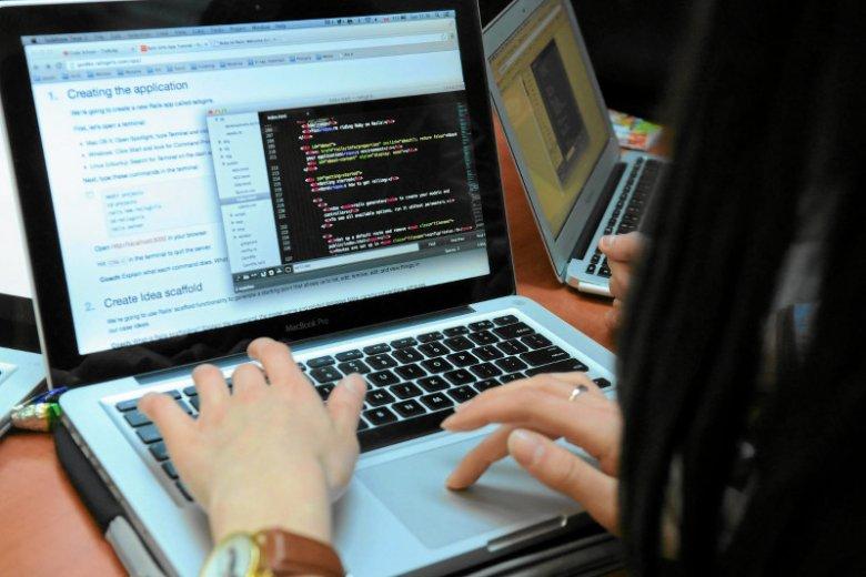 Panuje przekonanie, że programistą może zostać każdy. Branża kusi wysokimi zarobkami, co nie zawsze przynosi pozytywne skutki
