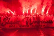 Podjąłem decyzję o wydaniu zakazu organizacji Narodowego Marszu Niepodległości – ogłosił prezydent Wrocławia Rafał Dutkiewicz. Na zdjęciu marsz 11 listopada 2017 r. na ulicach Wrocławia.