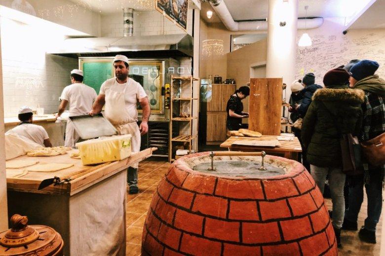 Piekarnia gruzińska przy Nowym Świecie w Warszawie. W środku kupicie też mrożone chinkali