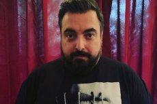 """Tomasz Sekielski w koszulce z plakatem promującym """"Tylko nie mów nikomu"""". Taki t-shirt może zamówić każdy."""