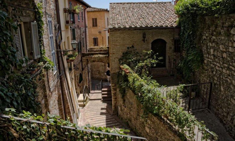 Wąskie uliczki typowe dla Perugii, stolicy Umbrii.