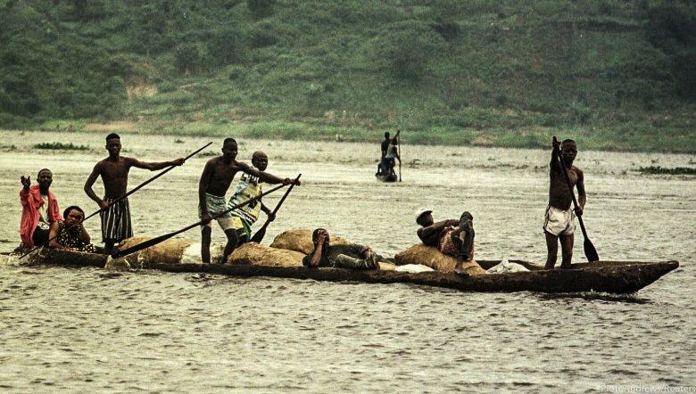 Mieszkańcy przeprawiający się przez rzekę Kongo