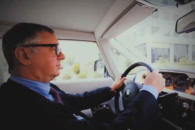 Dojazdy dojazdy do biura to dla najlepiej opłacanego prezesa w Polsce czas na zluzowanie głowy.  Inna sprawa, że jazda Rolls Royce'm to czysty relax