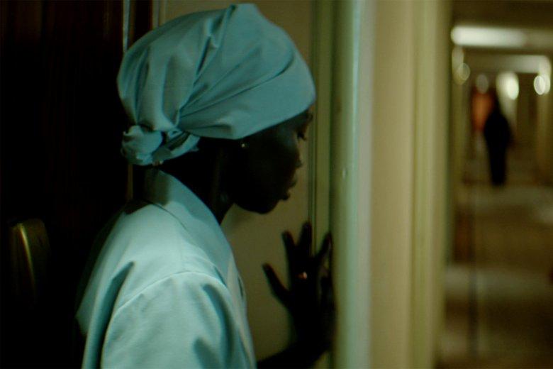 """Mari Malek jako Salwa w """"Morderstwie w Hotelu Hilton"""""""